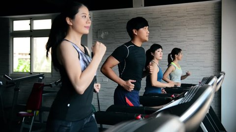 roups of people running on the treadmill neatly. They run at nearly the same tempo.