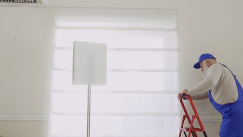 Mature master repair fastening of roller blinds