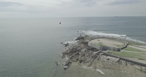 Vue aérienne par drone au dessus de la mer. Bateaux, Oiseaux et monuments. Drone footage in Bretagne - 4k LOG - Morbihan, France - Atlantic Ocean. Aerial view - Boat and birds. Waves & Monument