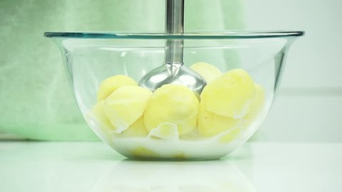 making mashed patatoes with hand blender