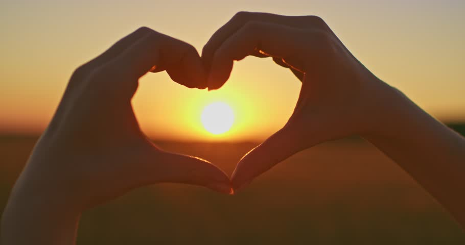 hand hearts in sunset - 910×480
