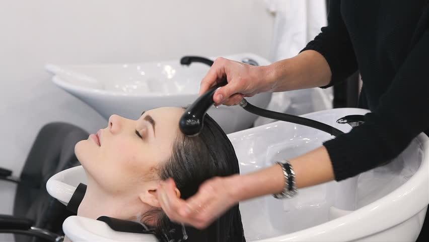 Xả tóc với nước, không dùng dầu gội