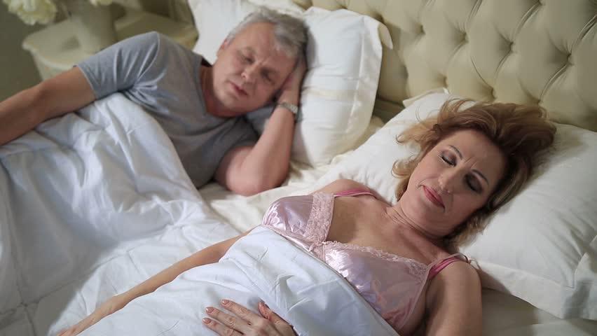 Видео дама спит вопрос