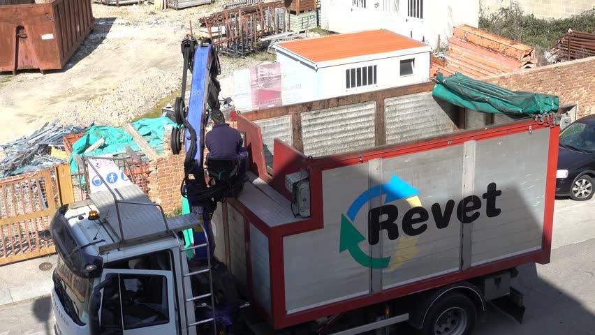 Header of revet