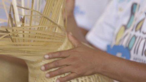 São Gabriel da Cachoeira, hands weaving handbag, indigenous crafts, close-up of making handicrafts of straw, indigenous making hat, woman hands, close de mãos indígenas no artesanato, cesta de palha