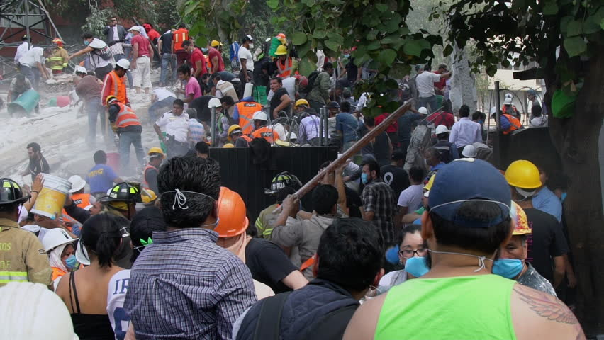 September 19, 2017, Mexico City. People working together removing rubble afteer the earthquake in Mexico City. Colonia Roma Sur, Viaducto y Torreon.