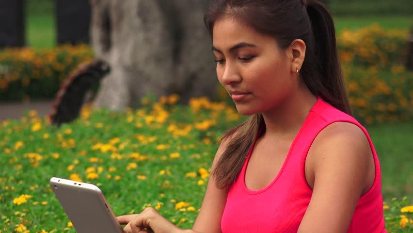 Smart Display de teléfono en los medios sociales de charla joven linda-2108