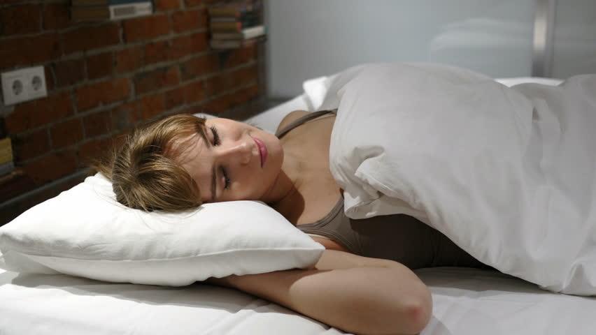 всегда порознь спящие женщины видео парня много