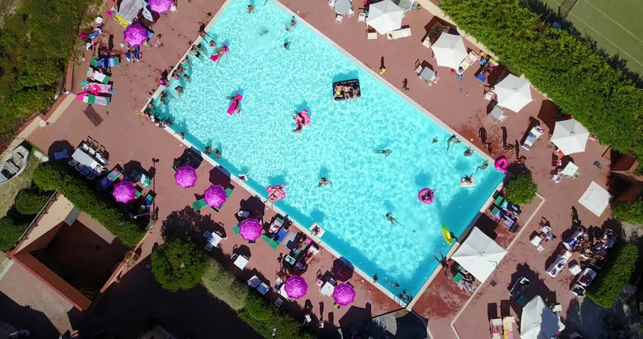 Af modish Aerial: Swimming Pool Full of Arkivvideomateriale (100 % royalty-fritt GS57