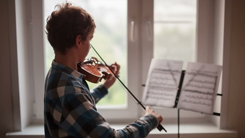 Violinist, Teenager playing the violin