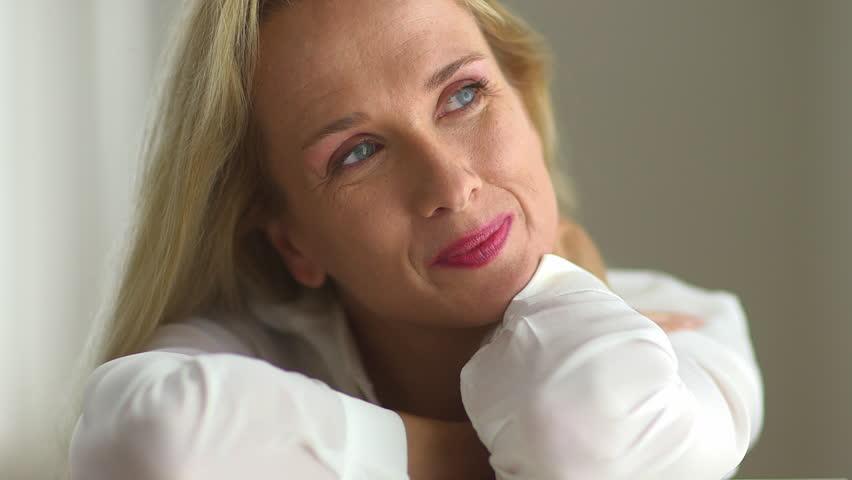 Midaldrende kvinde Stock Footage Video Shutterstock-6522