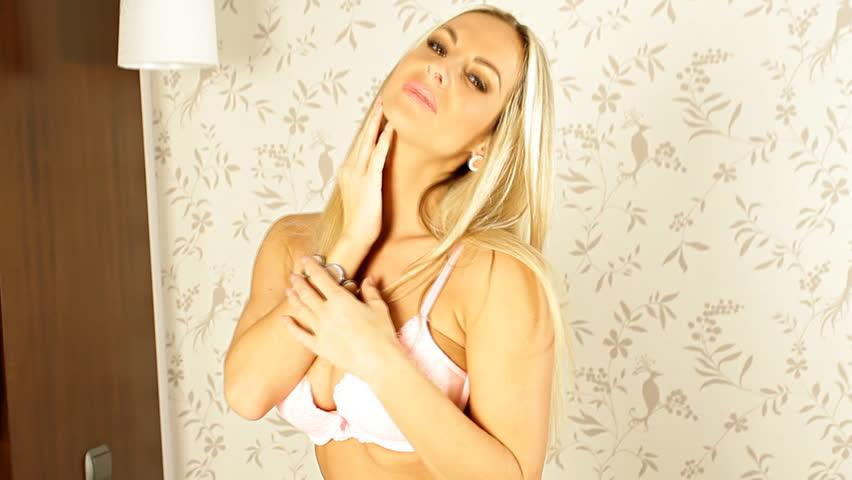 Девушки зрелая блондинка намазала грудь кремом фото зрелых