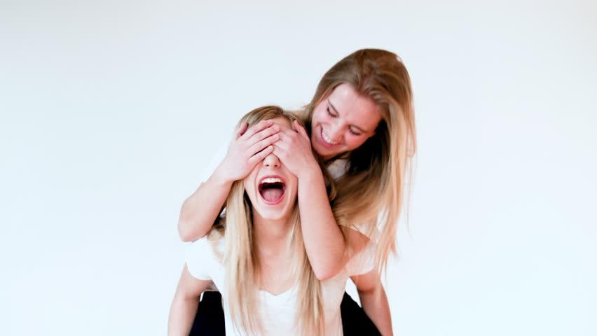 Teen Girl Gives Friend Piggyback Videos De Stock 100 Libres De Droit 5912549 Shutterstock