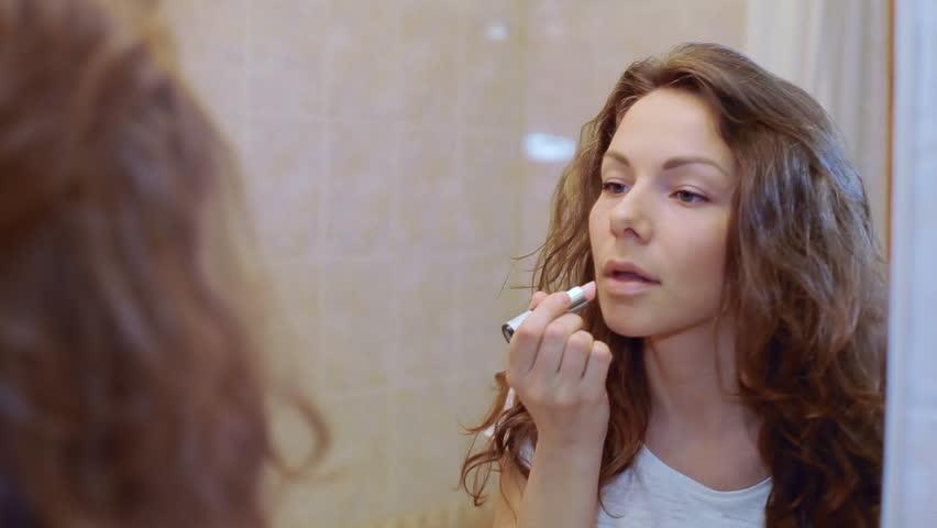 Girls putting on lipstick videoes — photo 12