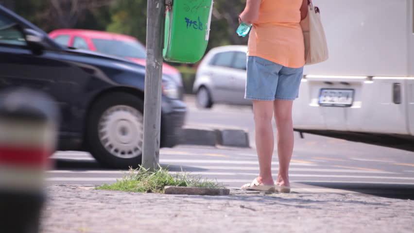 Jambes nues Fat Jeune adulte femme en attente passage de la rue-5634